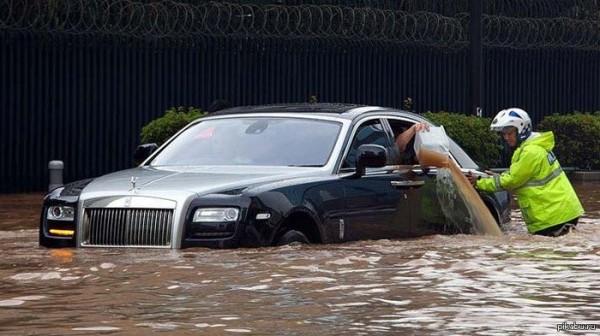 Дорогие машины тоже тонут