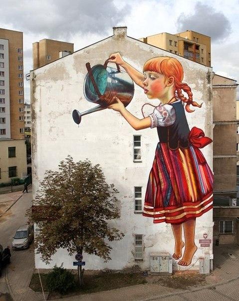 Девочка поливает дерево